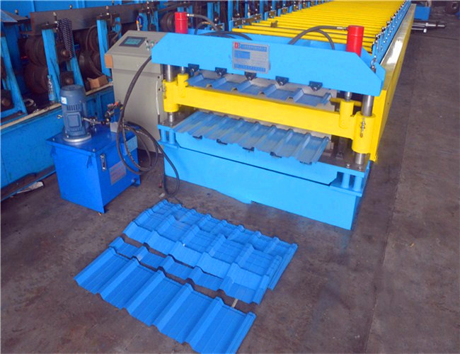What are the characteristics of the color steel tile roll forming machine?